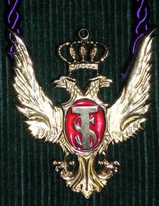 Le symbole de l'Ordre du Temple Solaire en pendentif, tel qu'il était utilisé par des membres du groupe.